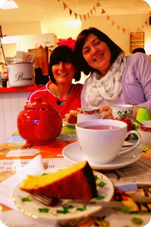 Mrs Green's Tea Lounge: Tea and delicious Clementine cake.