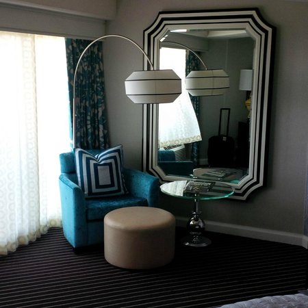 Le Meridien Delfina Santa Monica: Guest Room Sitting Area