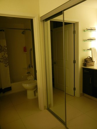 Residence Inn Tempe Downtown/University : Closet and bathroom