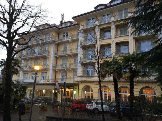 Hotel Kolping Meran: L'hotel visto da via Cavour