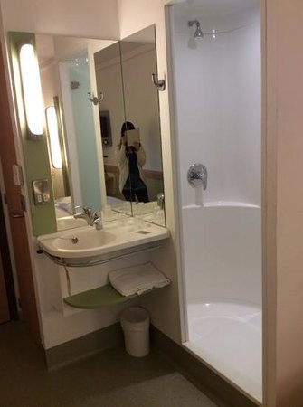 Hotel ibis budget Portsmouth: sink in room and shower cabinet