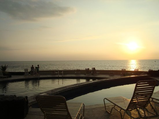 Royal Kona Resort: sunset by the pools