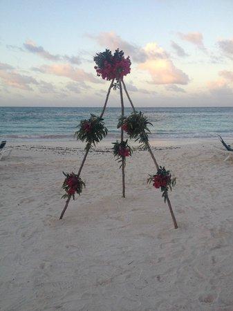 Pineapple Beach Club Antigua : Flowers ready for wedding on beach
