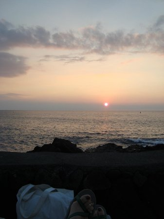 Royal Kona Resort: sunset by the pool