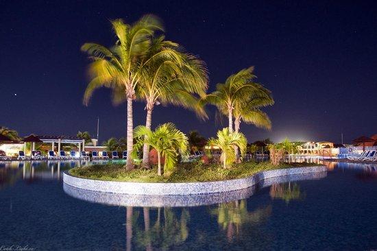 Memories Flamenco Beach Resort : Pool at Night