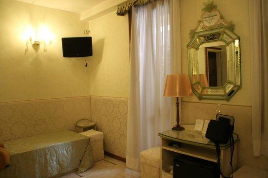 Hotel San Salvador: Фото стены с окном