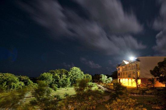 Memories Flamenco Beach Resort : Room view at night Building 5