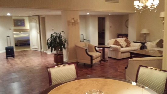 Sheraton Kuwait: Living room of the Kings Suite