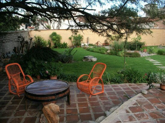 Hotel Killa Cafayate : Seating area near the pool and garden