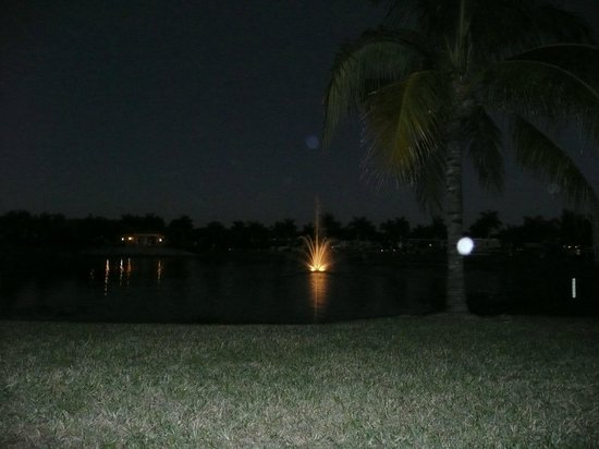 Naples Motorcoach Resort : view of the fountain on the lake from our site