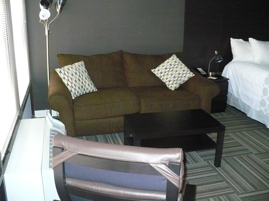 Virage Hotel : Couch In King Bedded Room