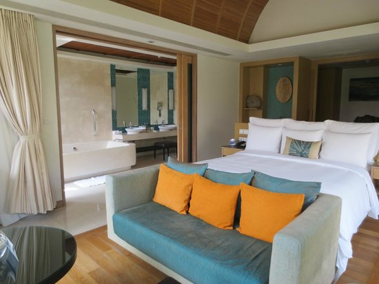 Renaissance Phuket Resort & Spa: bedroom and partial vew of bath