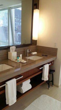 Langham Place, New York, Fifth Avenue : Bathroom suite