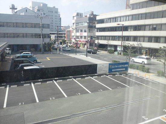 Comfort Hotel Himeji : ホテル前駐車場とコンビニ