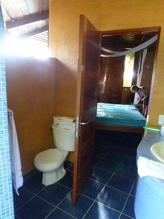 Hotel Vista de Olas: View of the bedroom from the outdoor bathroom