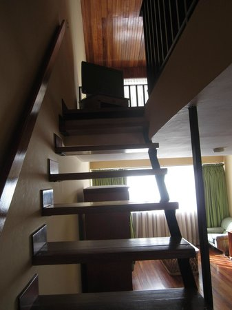 Hotel Bambito Resort: Staircase up to bedroom/loft