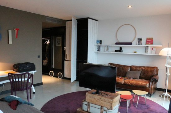 25hours Hotel at MuseumsQuartier: living room and kitchen