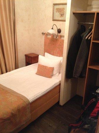 Pushka Inn Hotel : Outra vista do pequeno quarto individual