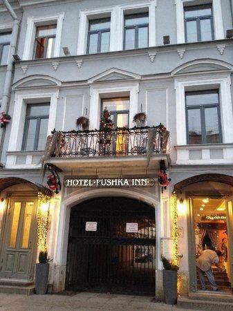Pushka Inn Hotel : Fachada com as portas do hotel, à esquerda, e do restaurante, à direita