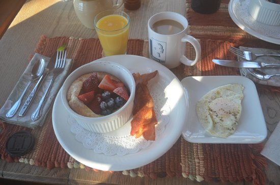 Henson Cove Place B&B : Puffed pancake, fresh fruit, bacon and eggs. YUM!
