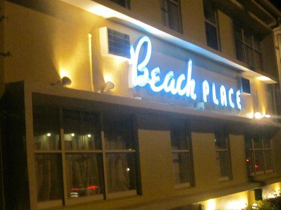 Beach Place Hotel: Letreiro e fachada...