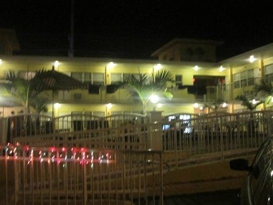 Beach Place Hotel : Área da piscina e fachada