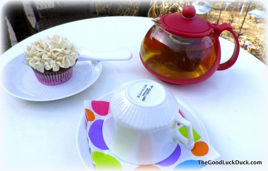 Wild Rose of Historic Old Town Tea House : Mandarin Green tea and cupcake on the patio