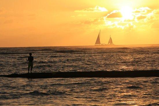 The Royal Hawaiian, a Luxury Collection Resort: Sunset on Beach