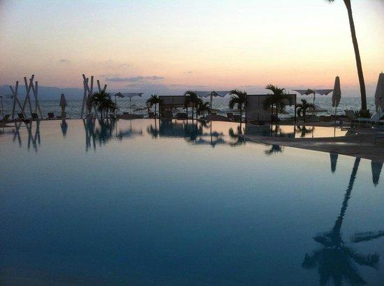 Hilton Puerto Vallarta Resort: Pool by Sunset