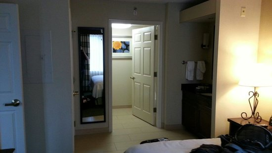Homewood Suites Dallas-Market Center: Bedroom to bathroom