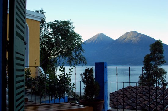 Casa Palopo: Sunrise on the tops of the Volcanos from the porch.