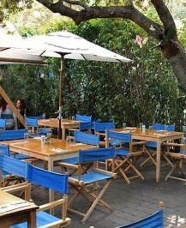 Mandolin Aegean Bistro: Mesas externas: ambiente delicioso para almoço ou jantar.
