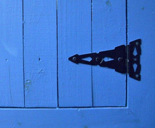 Mandolin Aegean Bistro: Detalhe do portão azul: tom em destaque no muro e fachadas do restaurante.
