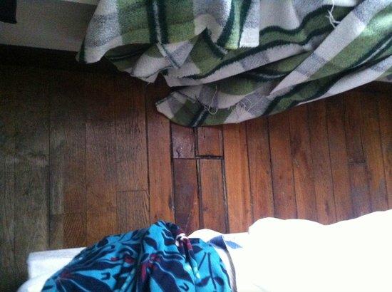 Hotel Tolbiac : Chão quebrado.