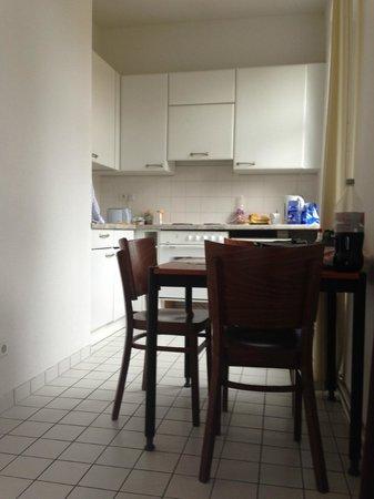 Aparotel Berlin: Cocina/comedor en la habitación