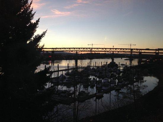 Kimpton RiverPlace Hotel: Sunrise over the marina