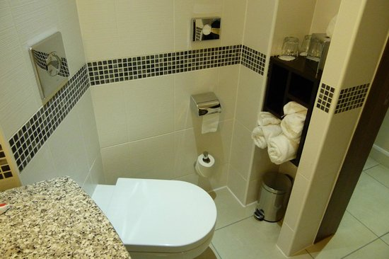 Hampton by Hilton London Croydon: Lindo baño