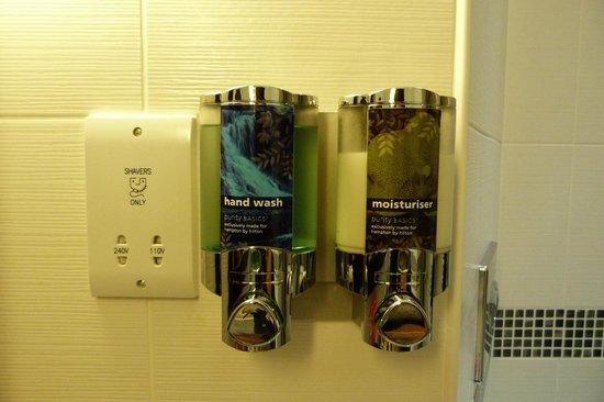 Hampton by Hilton London Croydon: jabón líquido y crema para manos.