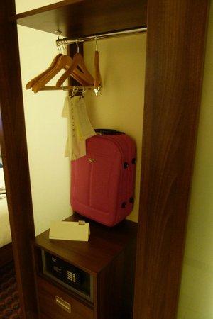 Hampton by Hilton London Croydon: Armario con caja fuerte