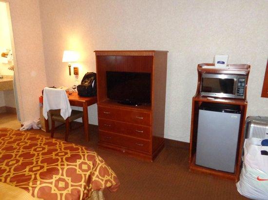 Howard Johnson Inn and Suites Pico Rivera: tv, frigobar e microondas