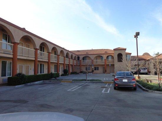 Howard Johnson Inn and Suites Pico Rivera: vista do estacionamento