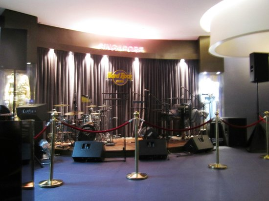 Hard Rock Hotel Singapore: Bands play at the lobby on the weekend