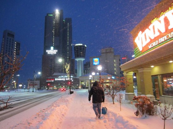 Niagara Falls Marriott Fallsview Hotel & Spa: Our Walk from the $5.00 Parking spot we found.