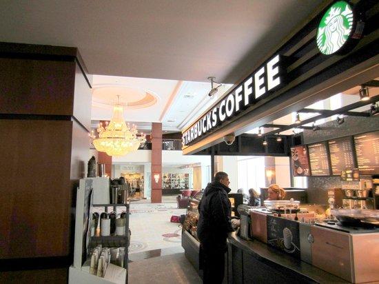 Niagara Falls Marriott Fallsview Hotel & Spa: Starbucks in the lobby