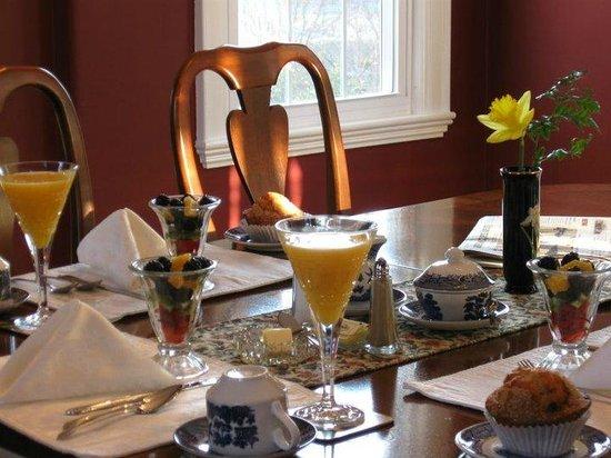 Kennebec Inn: Breakfast in the Dinning Room