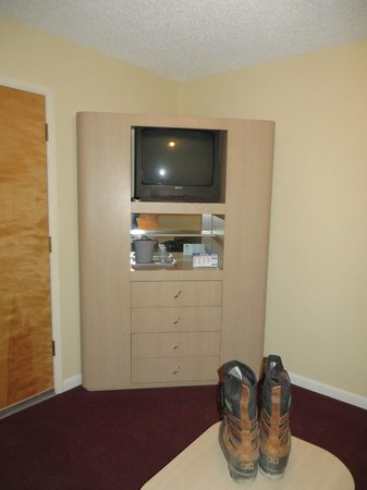 Salida Inn & Monarch Suites: old fixtures, tiny tv