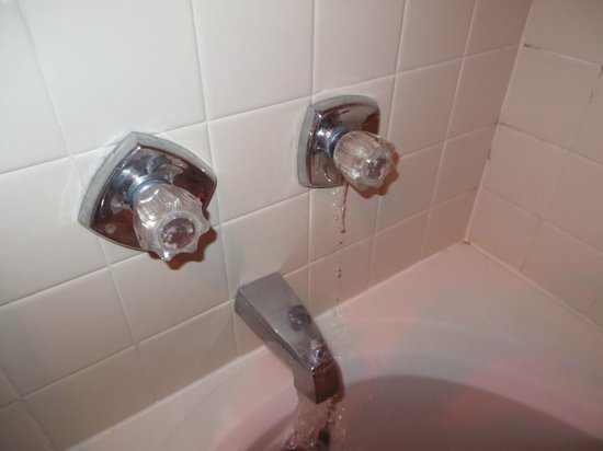 Salida Inn & Monarch Suites : cold water runs out of knob when only the hot water is turned on