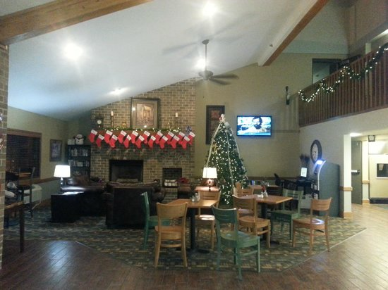 AmericInn Hotel & Suites West Salem: Hotel lobby decorated for Christmas