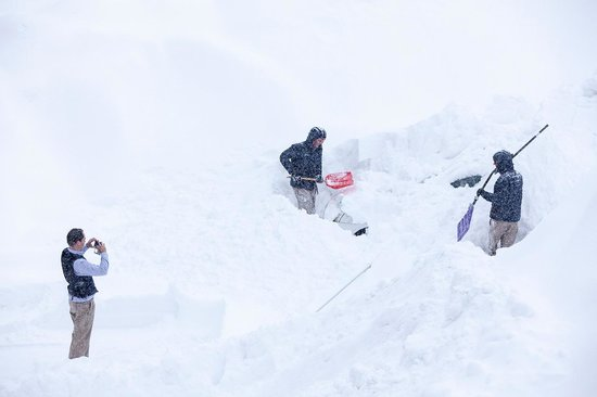 The Vale Niseko : Above and beyond the call of duty. Vale staff dig out a car.