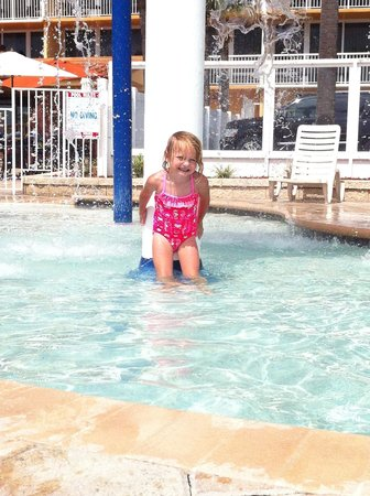 Holiday Inn Resort Daytona Beach Oceanfront: Having Fun at the kiddie pool!